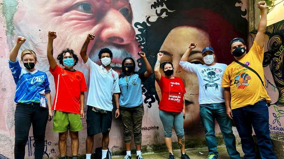 Motoqueiros Entregadores Punhos Cerrados Braços para Cima Mural Grafitti Lula Mariele Franco