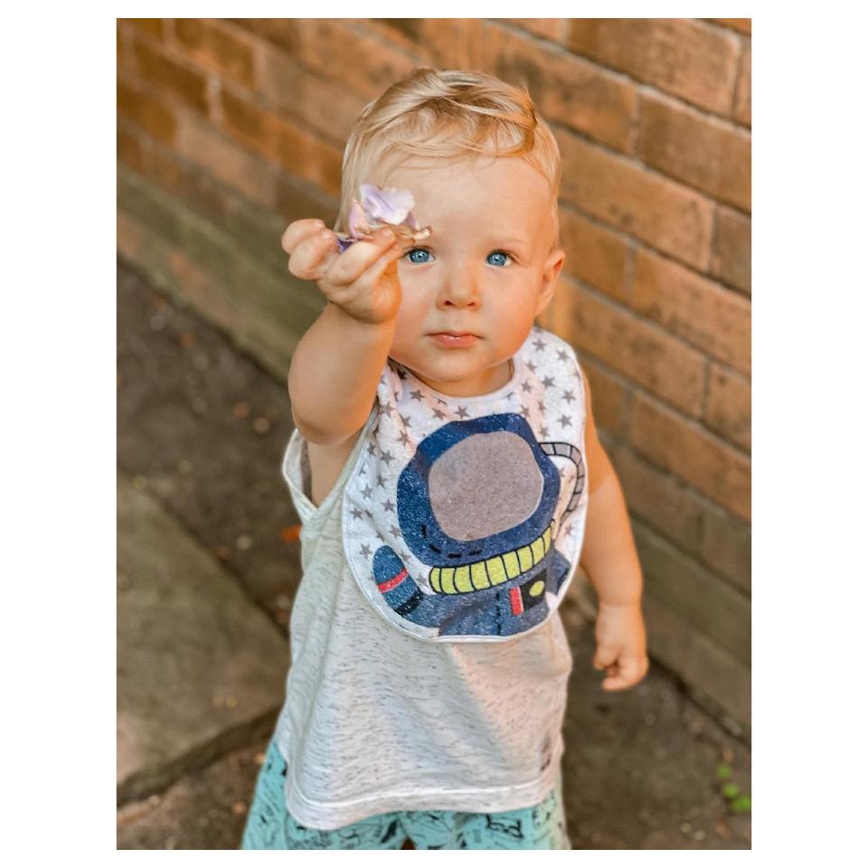 Bebê Loiro Olhos Azuis Segurando Flor