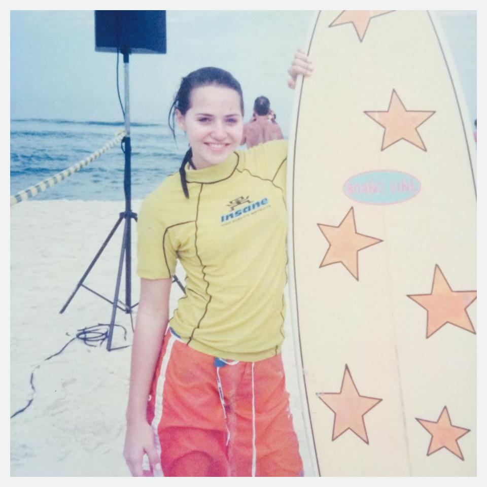 Leticia Colin Jovem Surfista Gravando Praia