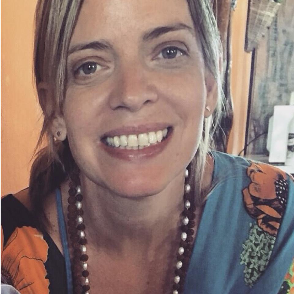 """A gerente-executiva Manuela Lopes, 52 anos, é mãe de três e só se deu conta de que nunca tinha conversado com as filhas de 21 e 26 anos sobre prazer feminino quando foi questionada para esta matéria. """"Nota zero pra minha atuação neste quesito"""", ri"""