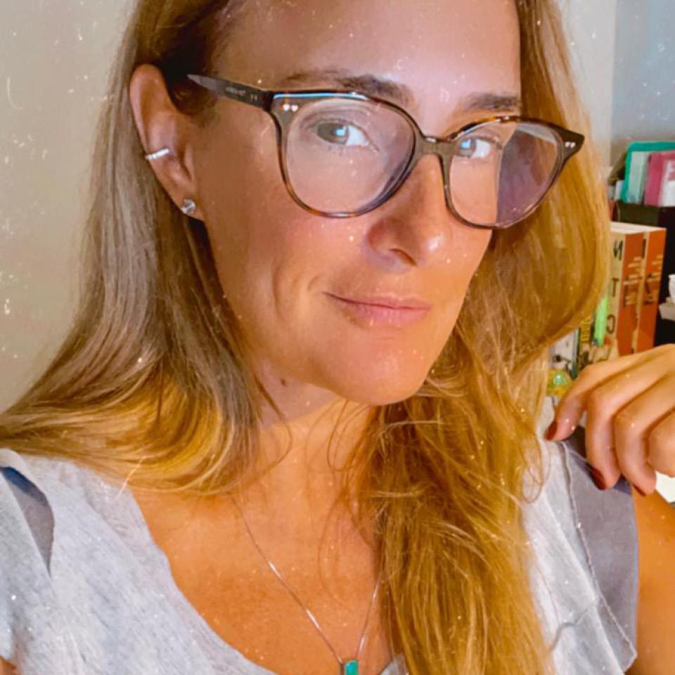 """Carla Miucci, mãe de um casal, decidiu que falaria abertamente com ambos sobre relacionamento, sexo e prazer: """"Falar sobre isso com a minha filha é incentivá-la a conhecer seu corpo, suas limitações e sensações, para que ela perceba que colocar na outra pessoa toda a responsabilidade pelo nosso prazer é, no mínimo, frustrante"""""""
