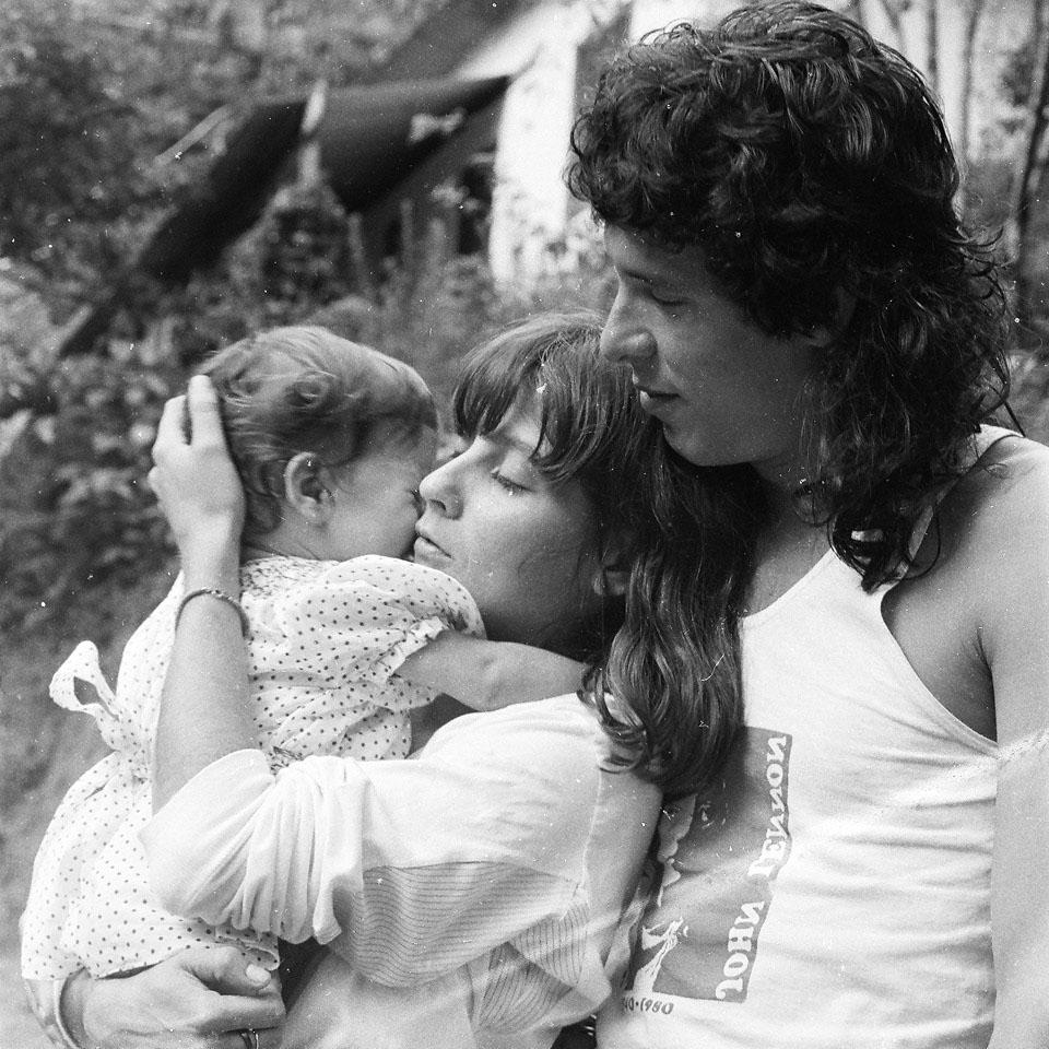 Claudia Lisboa segurando sua filha Mel Lisboa no colo, e Bebeto, com quem foi casada por uma década