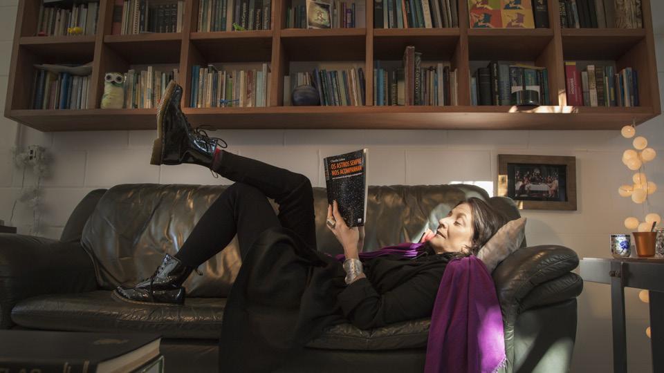 """Claudia Lisboa lendo seu livro """"Os astros sempre nos acompanham"""" (2013)"""