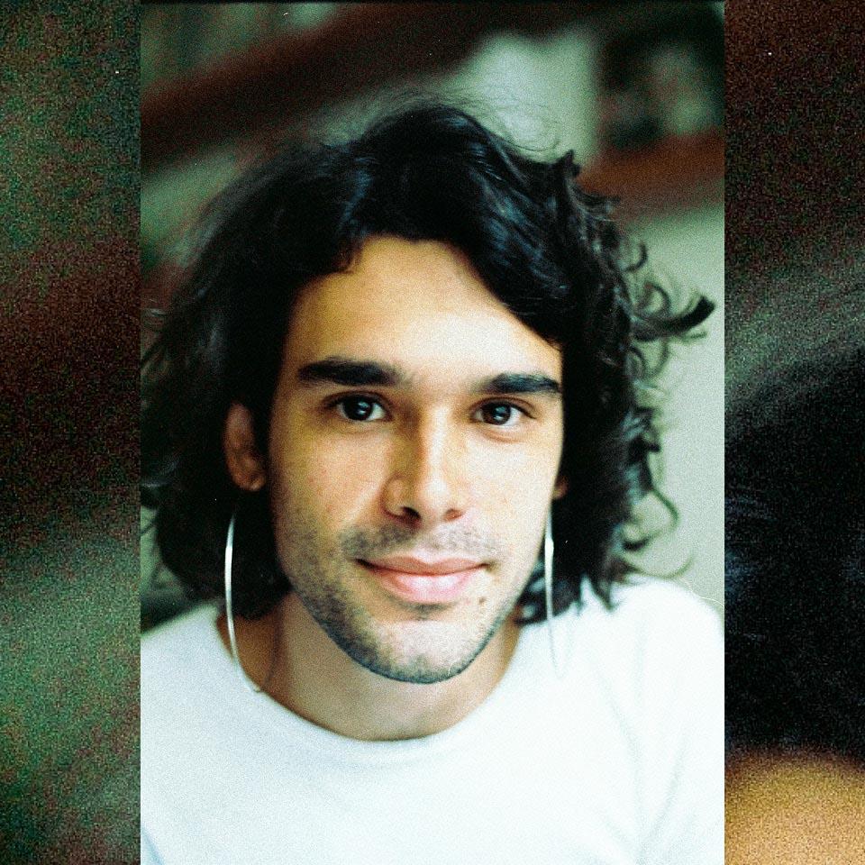 Aos 24 anos, Zé Ibarra é apontado pelos gigantes da música brasileira como uma aposta para o futuro e para o presente da MPB.