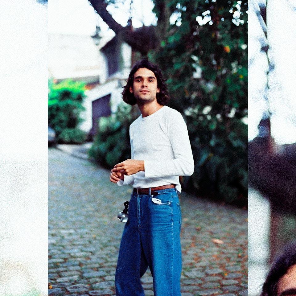 Zé Ibarra ficou conhecido como vocalista da banda Dônica, formada em 2015 em parceria com Tom Veloso, caçula de Caetano Veloso e Paula Lavigne