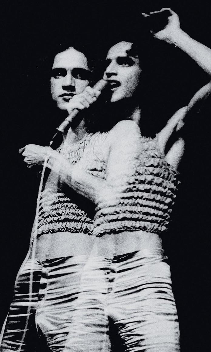 Caetano Veloso no primeiro show depois do exílio em foto de Thereza Eugenia com dupla exposição no mesmo negativo