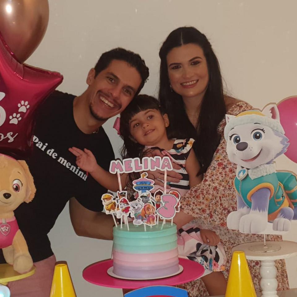 O administrador Felipe Teixeira, com sua filha Melinda e esposa Tônia