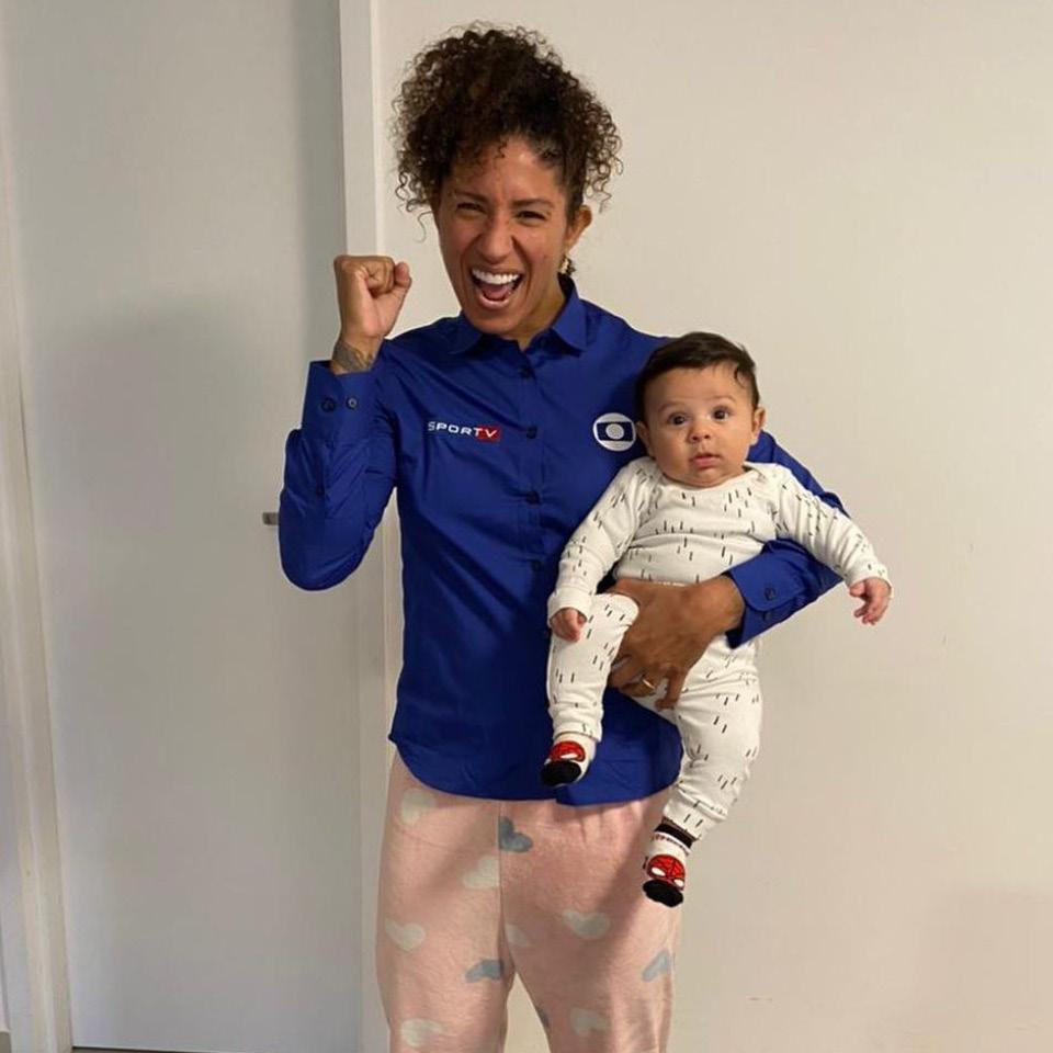 Cris como comentarista dos Jogos Olímpicos de Tóquio, no SportTv, com seu filho Bento no colo