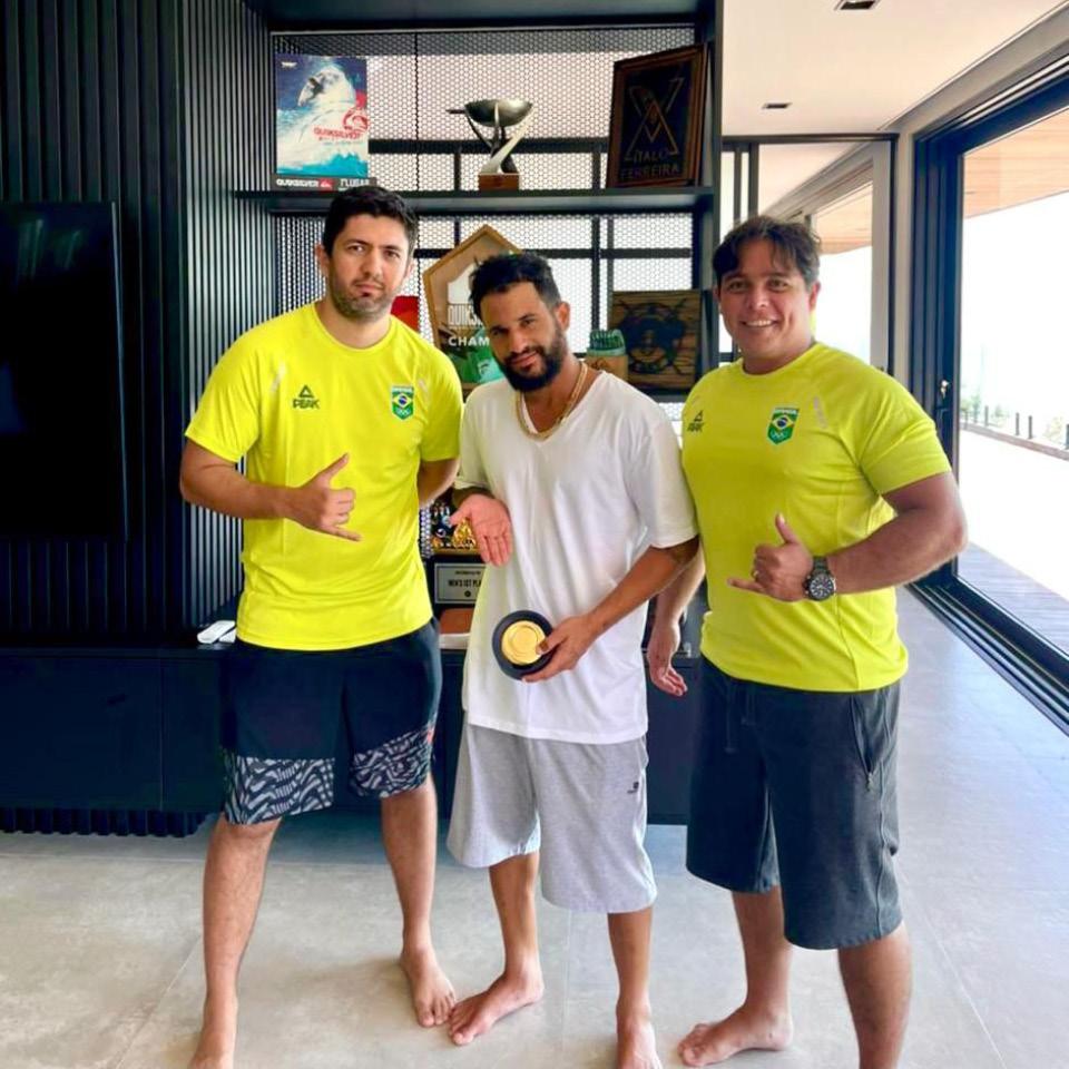 O fisioterapeuta Hygor Siqueira (à esq.), o campeão olímpico e mundial de surf Ítalo Ferreira e o preparador físico André Kaxixi