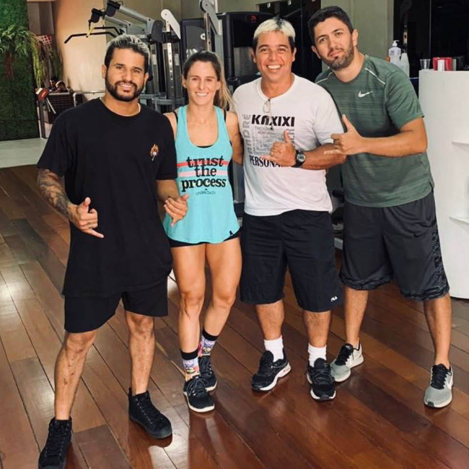 O surfista Italo Ferreira com a nutricionista Larissa Castro, o preparador físico André Kaxixi e o fisioterapeuta Hygor Siqueira
